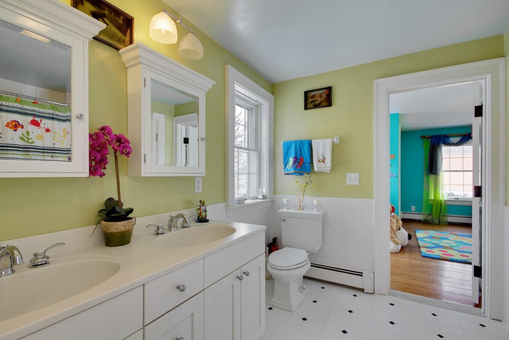 Bathroom [1304 Sweet Rd]